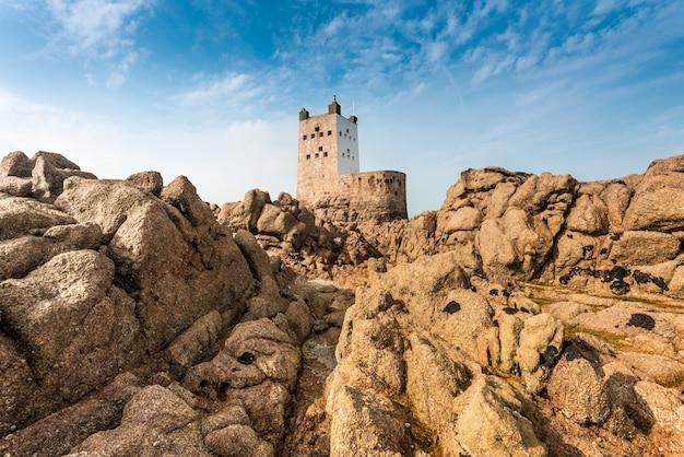 푸른 하늘 아래 배경에 요새와 절벽과 바위의 근접 촬영 샷