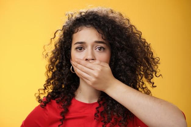 心配して不安な問題を抱えた女性のクローズアップショットは、誰かに彼女の問題を話すことを黙って怖がらせます...