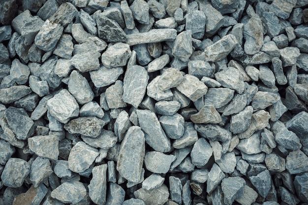 Крупным планом выстрел из дробленых гранитных серых камней