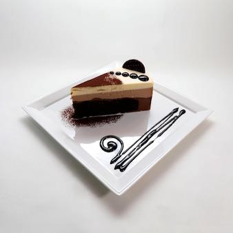 접시에 맛있는 크림 초콜릿 치즈 케이크의 근접 촬영 샷