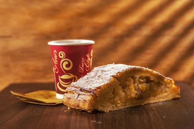 탁자에 진한 커피 한 잔과 함께 맛있는 홈메이드 콜롬비아 쿠키의 클로즈업 샷
