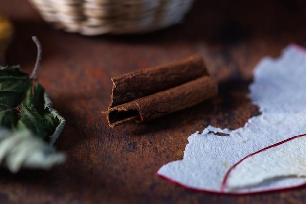 Крупным планом сушеные осенние листья на темно-коричневом столе