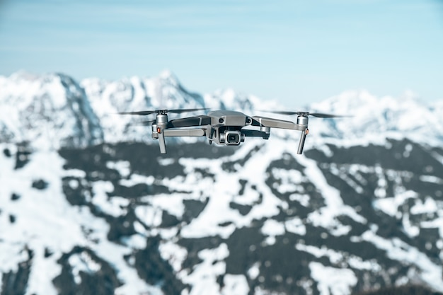 눈으로 덮인 아름다운 산악 풍경 위에 드론의 근접 촬영