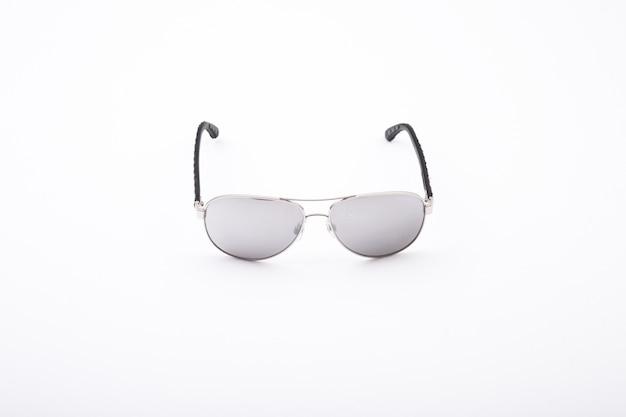 우아한 선글라스는 흰색 절연의 근접 촬영 샷