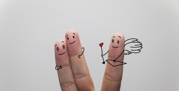 Снимок влюбленной пары пальцев крупным планом, с пальцем купидона в сторону
