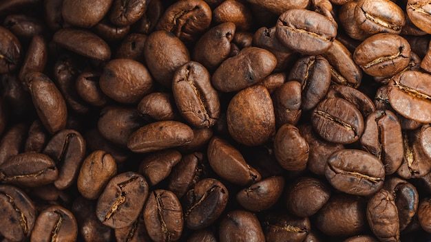 Крупным планом выстрел свежих кофейных зерен кофе текстуры