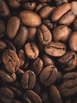 Крупным планом выстрел из свежих кофейных зерен кофе текстуры