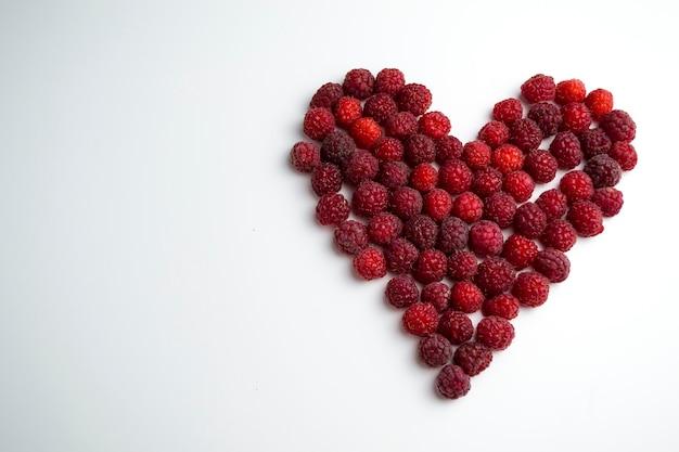 ダイエットに最適なハートの形をした新鮮なラズベリーのクローズアップショットとnaの利点