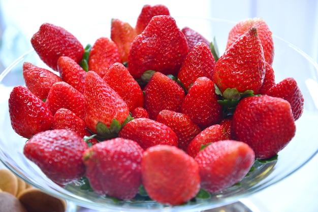 유리 접시에 신선한 딸기의 근접 촬영 샷