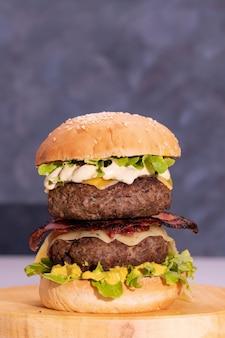 Крупным планом выстрелил свежий вкусный гамбургер