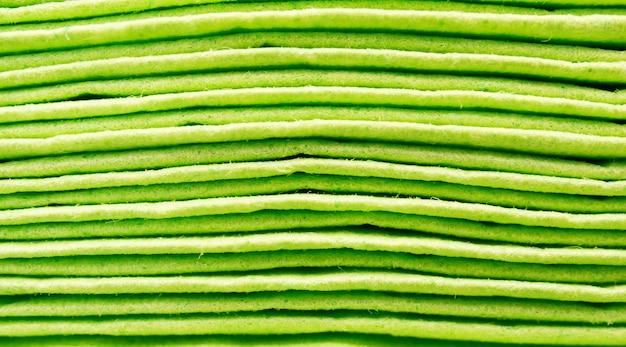 조명 아래 녹색 종이 타월의 근접 촬영 샷