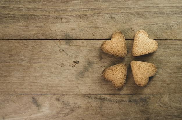 木製の背景に炉床の形をしたクッキーのクローズアップショット