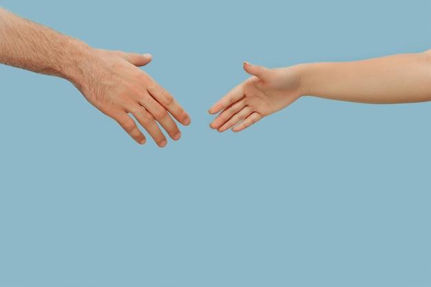 고립 된 인간의 지주 손의 근접 촬영 샷입니다. 인간 관계, 우정, 파트너십의 개념. copyspace.