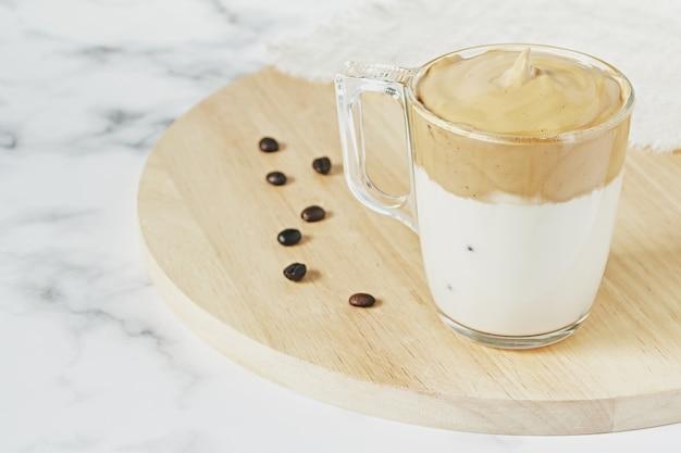 Снимок крупным планом взбитого кофе dalgona со льдом и пышной сливочной пудры