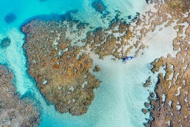 キャンバス上の3dマップの島と海のクローズアップショット