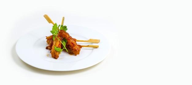 고립 된 흰색 배경에 흰색 접시에 케밥의 근접 촬영 샷