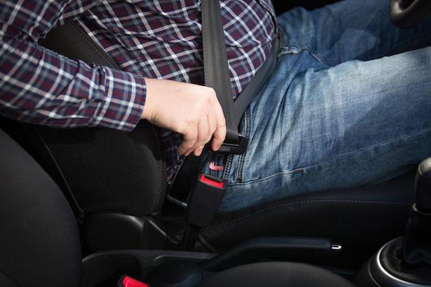 남성 운전자의 근접 촬영 샷은 안전 벨트를 건다