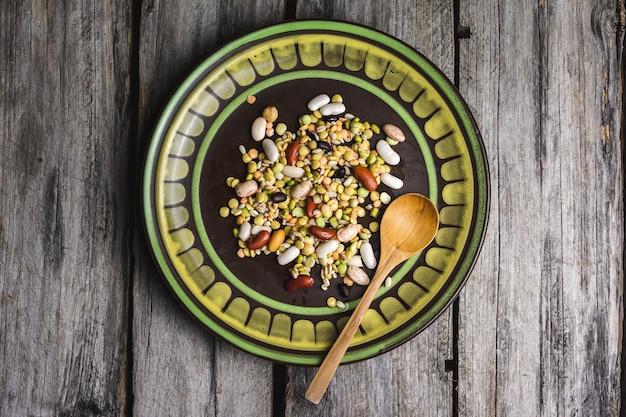 나무 숟가락으로 접시에 혼합 콩의 근접 촬영 샷