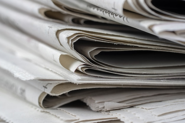 서로 위에 쌓인 신문의 근접 촬영 샷
