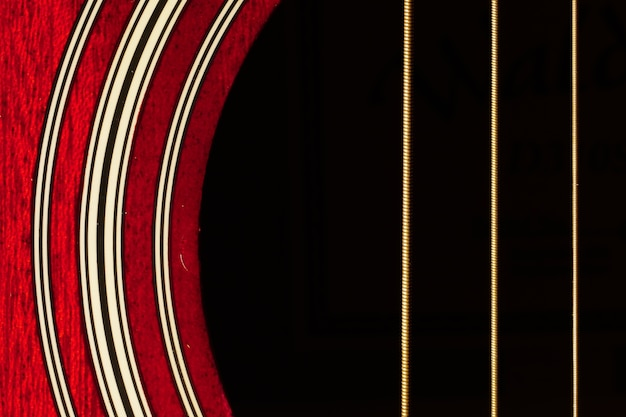 Крупным планом выстрел из красного тела гитары