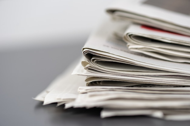 서로의 위에 쌓인 여러 신문의 근접 촬영 샷