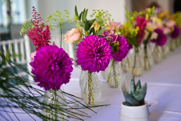 아름 다운 보라색 다 꽃과 작은 꽃병의 근접 촬영 샷