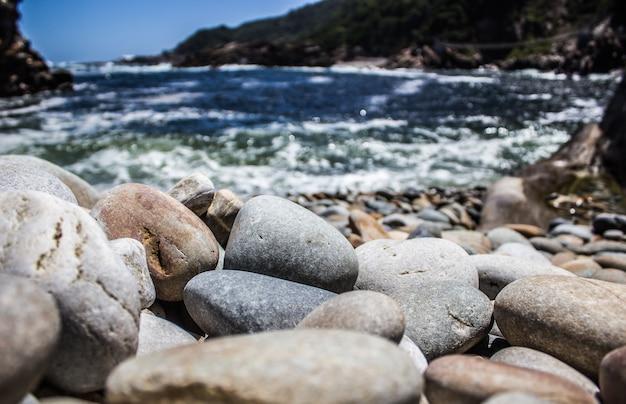 대낮에 해변에 돌의 근접 촬영 샷
