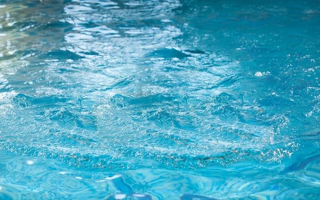 수영장에서 물 표면의 근접 촬영 샷 프리미엄 사진