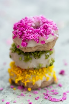 채식주의 생 다채로운 도넛의 탁상의 근접 촬영 샷
