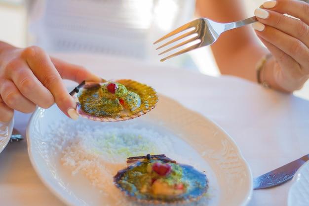 맛있고 맛있는 해산물 식사의 근접 촬영 샷