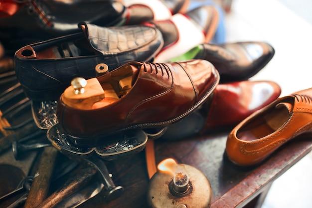 Снимок красивой обуви ручной работы в мастерской крупным планом