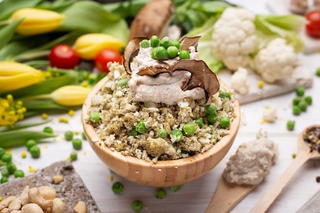 Вкусный веганский салат в миске крупным планом