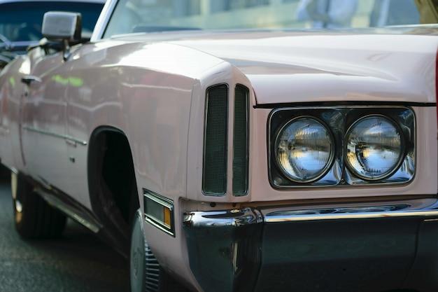 ベージュのアンティーク車のヘッドライトのクローズアップショット