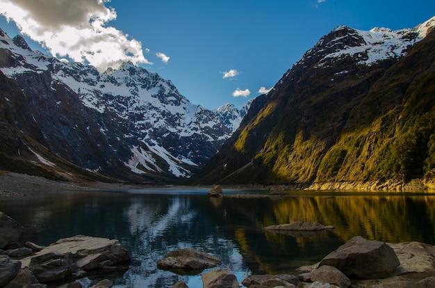 Снимок крупным планом озера мариан и гор в новой зеландии