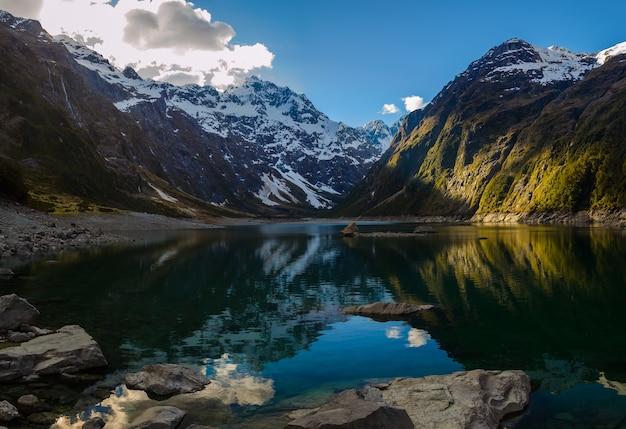 ニュージーランドのマリアン湖と山々のクローズアップショット