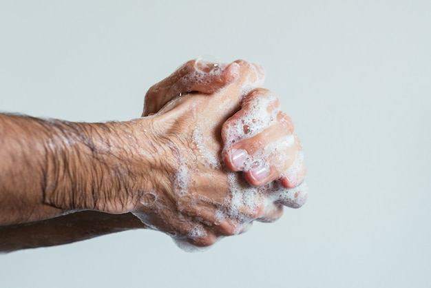 사람의 비누 칠 손의 근접 촬영 샷