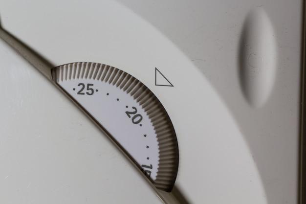 セントラルヒーティングシステムの白い温度制御パネルのクローズアップショット