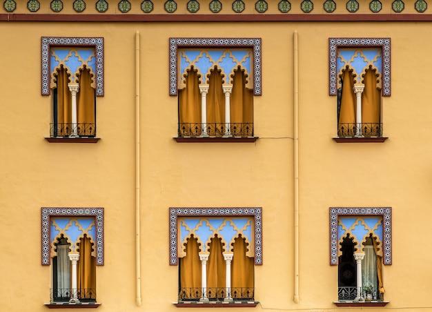 스페인에있는 산호 건물의 창문의 근접 촬영 샷