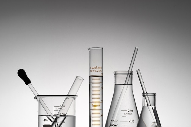 透明な実験用フラスコ、ビーカー、チューブのクローズアップショット