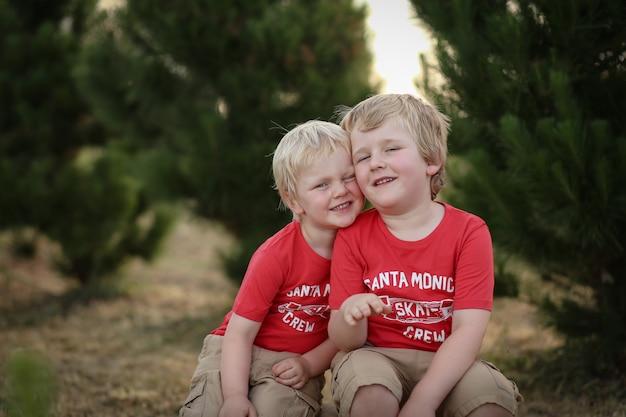 서로 결합하는 금발 머리를 가진 두 백인 백인 아이들의 근접 촬영 샷