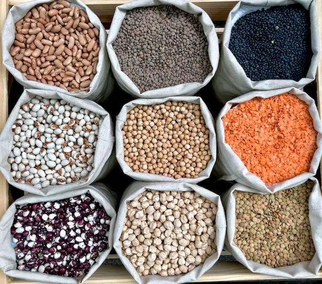 Снимок крупным планом различных бобовых в эко-сумках