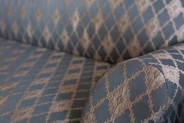 リビングルームのヴィンテージの青いソファのクローズアップショット