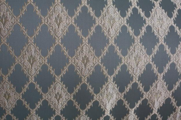 青と金のパターンでヴィンテージソファのクローズアップショット