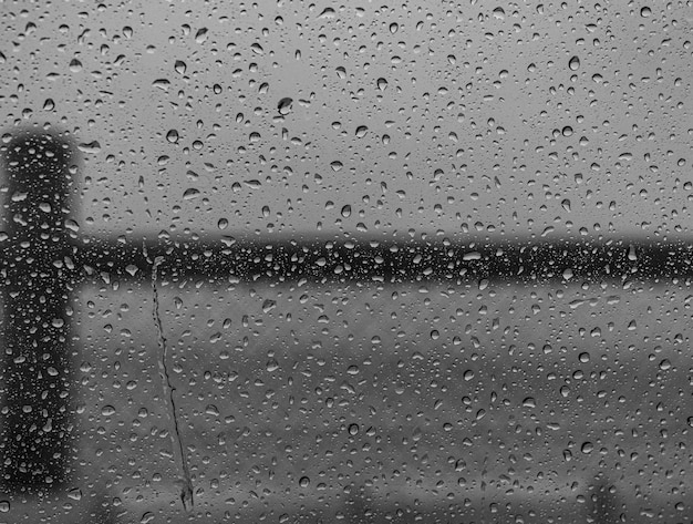雨上がりの窓ガラスに水滴のクローズアップショット