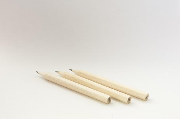 孤立した白い壁に木製の鉛筆のクローズアップショット