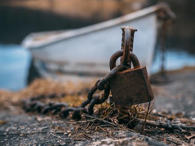 Colpo del primo piano di un vecchio lucchetto arrugginito