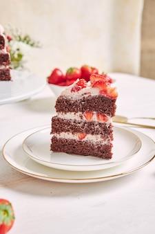 Primo piano di un pezzo di deliziosa torta di fragole su un piatto
