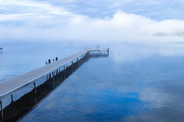 Colpo del primo piano di un molo sul lago muskoka in ontario, canada