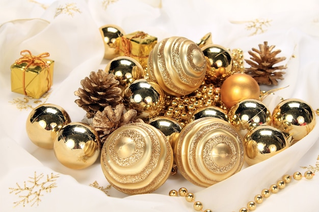 Colpo del primo piano di un mucchio di decorazioni natalizie lucide dorate