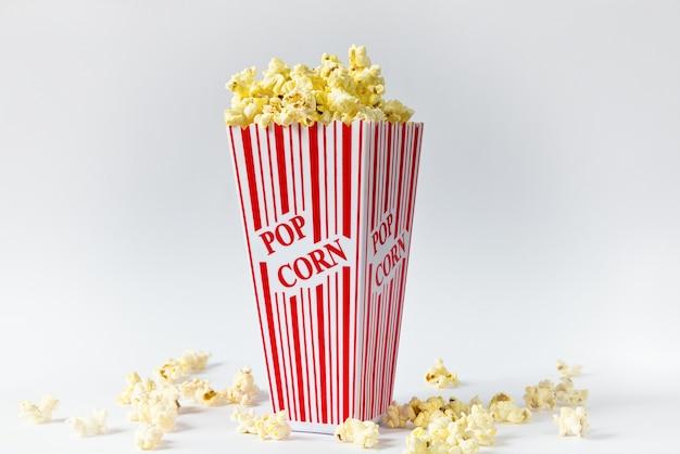 Colpo del primo piano di popcorn isolato su un tavolo bianco